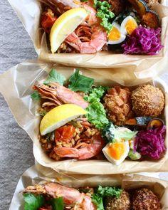 最近は栄養面やカロリー面を気にしてランチにお弁当を作っているという人が増えてきています。そんなお弁当ですが、最近Instagramでも話題になっている「デリ弁」をご存知ですか?オシャレなデリ風ランチが自炊で楽しめる、そんなレシピをご紹介します♡ Bento Recipes, Healthy Recipes, Food Pack, Bento Box Lunch, Cafe Food, Food Presentation, Food Styling, Kids Meals, Delish