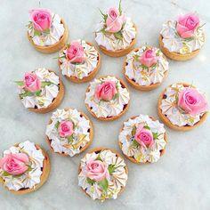 Coisa mais linda e romântica essa inspiração de tortinhas decoradas com botões de rosas naturais! Por @cakebyjennamarie  #festejarcomamor #festasinfantis #festa #festadeaniversario #festademenina #festademenino #festadecrianca #festainfantil #aniversarioinfantil #aniversariodemenino #aniversariodemenina #maedemenina #maedemenino #paramamaes #partyideas #kidsparty #fiestasinfantiles #fiestainfantile