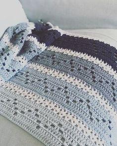 Morgen weer werken. Nu nog even genieten van een dagje haken  #crochet #haken #bymariz #blue @durableyarn #zigzagdeken