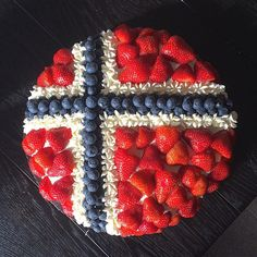 Årets 17.mai kaka finito #bakemag #bakehellekakaennåfestaidag #fornuftigungdom Norwegian Flag, Norwegian Christmas, Viking Party, Patriotic Symbols, Scandinavian Food, Flags Of The World, Fika, 16th Birthday, Fourth Of July