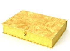 Caixa organizadora ideal para guardar documentos, fotos e lembranças. Comporta folhas de tamanho A4.  Confeccionada em cartonagem e revestida em tecido importado e nacional 100% algodão. R$ 48,00