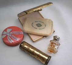 Retro Makeup My mom had a pink rouge container like this one. Retro Makeup, Vintage Makeup, Vintage Vanity, Vintage Beauty, Vintage Trends, Vintage Ads, Vintage Outfits, Vintage Fashion, Vintage Shoes