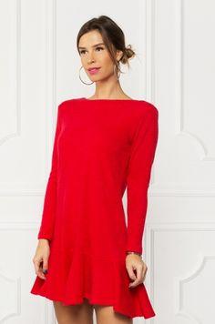 Úpletové šaty s dlhým rukávom, voľnejšieho strihu. V spodnej časti volániková suknička. Kúsok vhodný k legínam, pančuškám, či rifliam.