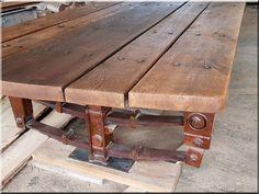 Katonai jármű rugókötegeire épített vastag tölgyfa palló asztal