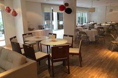 Espaço oriental fica a esquerda da foto e o espaço para as pessoas curtirem um churrasco ao lado da churrasqueira do lado interno do salão.