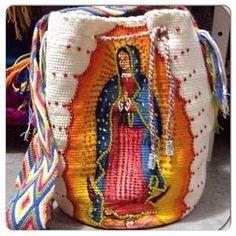 Bolsos wayu Los Wayúu son un pueblo indígena que aún conserva celosamente sus tradiciones culturales, entre ellas, el oficio de la tejed... Fall Crochet Hats, Crochet Baby Bibs, Free Crochet Bag, Crochet Market Bag, Crochet Pillow, Crochet Gifts, Cute Crochet, Crochet Yarn, Tapestry Crochet Patterns