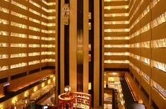 O hotel New York Marriott Marquis em Nova York oferece acomodações de luxo e serviços de elevada qualidade. Este hotel em Nova York está situado bem no centro do Theatre District em Manhattan no cruzamento da Broadway com a 45th Street. Be