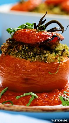 Forget peppers, we're stuffing our quinoa in tomatoes! recipes for dinner healthy videos Pesto Quinoa Stuffed Tomatoes Healthy Low Carb Dinners, Easy Meals, Healthy Eating, Healthy Lunches, Eating Raw, Healthy Foods, Vegan Recipes Easy, Vegetarian Recipes, Cooking Recipes