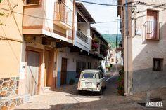 《Renault 4》 por las calles de Guadalupe, Cáceres, Extremadura. España