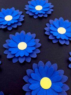 Blå blomster - smuk og enkel bordpynt, læg blomsterne i grupper eller langs bordets midte. Se mere på www.jannielehmann.dk