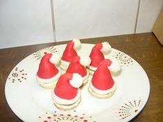 Vše smichame dohromady a vypracujeme marcipánovou hmotu, kterou rozdělime na dvě poloviny. Jednu necháme bílou a druhou obarvíme na červeno,... Czech Recipes, Sweets Cake, Mini Cakes, Christmas Baking, Christmas Cookies, Fondant, Food And Drink, Drinks, Anna