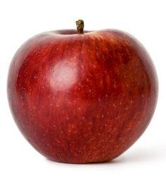 """¡No arruines tu entrenamiento a minutos de terminar el día! A todos generalmente nos da un poco de hambre por la noche antes de ir a dormir, hambre que erróneamente saciamos con dulces, snacks salados y otros alimentos pocos saludables. Si tienes un """"antojo"""" de comida antes de irte a dormir, consume bocadillos o snacks saludables como, por ejemplo, una manzana."""