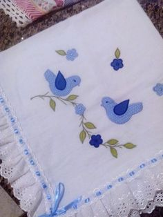 Manta feita em FRALDA CREMER, com aplique e acabamento com bordado inglês e passa fita. As cores variam de acordo com o estoque ou solicitação do Cliente. Applique Patterns, Applique Quilts, Applique Designs, Hand Embroidery Flowers, Embroidery Stitches, Baby Frocks Designs, Baby Sheets, Handmade Baby Blankets, Jellyroll Quilts