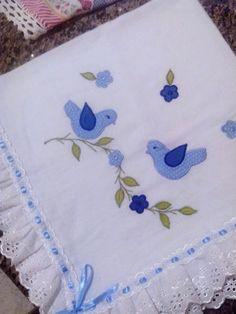 Manta feita em FRALDA CREMER, com aplique e acabamento com bordado inglês e passa fita. As cores variam de acordo com o estoque ou solicitação do Cliente.