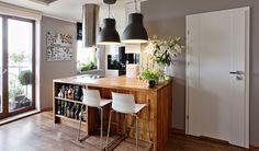 Dowód na to, że nowoczesna kuchnia może być przytulna i ciepła….. Nasza niedawna realizacja w warszawskim apartamentowcu. Połyskliwylakier na bezuchwytwowym froncie (model Patrycja) pięknie koresponduje z ciepłym blatem z litego drewna dębowego. Całość zdobią dodatki dobrane przez właściciela i …. bogato wyposażony barek.