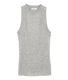 Gray melange. Sleeveless top in a rib-knit viscose blend with ribbing at neckline and armholes.
