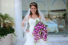 Ramo de orquídeas moradas ideal para tu boda en playa por Bodas Huatulco
