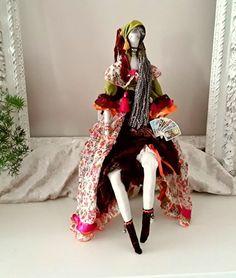 Vêtue de velours et joli voile fleuri, foulard et châle à franges, elle a préparé son jeu de Tarots pour vous prédire l'avenir.  N'ayez crainte elle n'y voit que du bonheur.. - 21067749