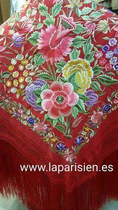 MANTÓN DE MANILA. Rojo bordado en colores. Crespón de seda. 140x140cm más el fleco