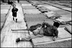Feriti in fuga da Srebrenica. Tuzla, Bosnia Erzegovina, 1993. Photo: Gilles Peress (Magnum/Contrasto).