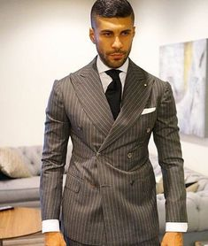Discover the details that make the difference of the best unique people with a lot of Gents Fashion, Best Mens Fashion, Mens Fashion Suits, Mens Suits, Dapper Gentleman, Gentleman Style, Suit And Tie, Well Dressed Men, Bespoke Tailoring
