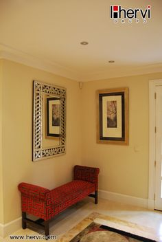 #detalles de #decoración esquina con divan en rojo  en proyecto de realizado en #madrid por muebles hervi