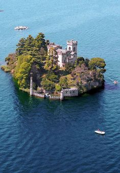 Auf der Isola di Loreto ragt seit 100 Jahren das Schloss im neugotischen Stil vor der dunkelgrünen Bergkulisse aus dem Iseosee in Italien. (Quelle: © 2011 Farhad Vladi)