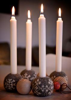 Astrids adventskrans med Arne & Carlos' strikkede julekugler
