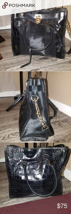 Michael Kors Purse good condition, slight wear and tear on the corners but barely noticeable, in great shape , Still looks amazing , beautiful purse. Michael Kors Collection Bags Shoulder Bags