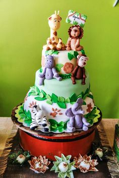 It's a jungle out there! Incredible Jungle Safari First Birthday & Dessert Table. #birthdayparty