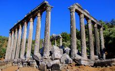 Milas - Bafa arasındaki karayolunun 12. km.sinde, Ayaklı Köyü yakınında az tanınan Euromos antik kenti bulunmaktadır. Anadolu'nun en iyi korunagelmiş tapınaklarından bir tanesi Euromos'daki Zeus Lepsynos Tapınağı'dır. Arkaiki çağdan asıl tapınağın yıkılması ile, M.S. 2. yy.da, yani Roma İmparatorluk çağında yeniden inşa edilen yapının sütunları şehrin farklı aileleri tarafından yaptırılmıştır. Örneğin 5 sütunda adak yazıtlarında fizikçi Menekrates ve kızı Tryphania'nın ismi yazılıdır.