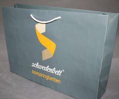 Eine extragroße Papiertasche mit hoher Papierstärke und zusätzlicher Laminierung bietet viel Platz zum einpacken und hält was es verspricht. Pantone, Box, Tech Companies, Company Logo, Logos, Cardboard Packaging, Present Wrapping, Packaging, Boxes