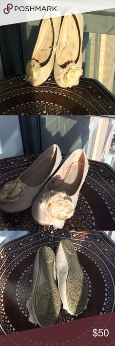 💥SALE💥Beige flats with a gorgeous rose accent ✅ Shipped ASAP ✅ Bundles (customizable) ✅ Prices negotiable  ✅ Questions  ✅ Poshmark compliance ❌ Trades ❌ PayPal or off-app sales These gorgeous beige flats with a flower detail on both still have the original tag on and have never been worn! Perfect complement to a romantic summer or early Fall look! Shoes Flats & Loafers
