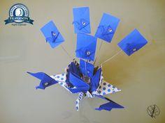 V. Nova Série Tsurus Metamorfos Caixa de Tsuru Poá - da Série Embalagens 28. Tsurus Metamorfo Caixa de Tsuru Poá Azul 028.28032017 - Papel utilizado: Papel Filipaper Scrap Decor Poá Azul/Branco (30,5cm x 30,5cm) + Papel Filipinho Lumi Azul + Miçanga de Alumínio + Fio de Alumínio. https://yamashitatereza.wordpress.com/tsurus-metamorfos