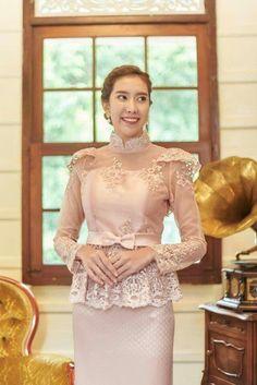 Kebaya Lace, Kebaya Dress, Traditional Fashion, Traditional Dresses, Gala Dresses, Evening Dresses, Myanmar Traditional Dress, Thai Fashion, Thai Dress