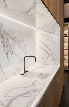 KM: like the 5 sided installation of Dekton Luxury Kitchen Design, Kitchen Room Design, Luxury Kitchens, Home Decor Kitchen, Interior Design Kitchen, Modern Kitchens, Cuisines Design, Interior Design Living Room, House Design