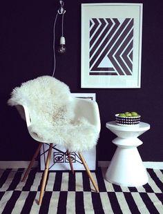 rug with black and white stripe / tapete listrado preto e branco Studio Apartment Furniture, Home Furniture, Furniture Design, Scandinavian Interior, Contemporary Interior, Ikea Rug, Interior Styling, Interior Design, Eames Chairs