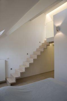 Witte stalen trap met glazen treden en strakke leuning van het belgische merk genico foto 39 s van - Mezzanine verlichting ...