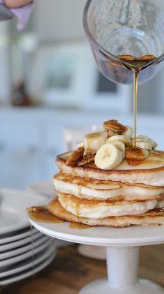 Pancakes vegan à la banane Les ingrédients pour 5 pancakes (préférez les bio) : ♥ 130g de farine (blé, épeautre, seigle, coco, c'est comme vous voulez) ♥ 1CS de sucre de coco (à remplacer par du sucre complet si vous le désirez) ♥ 1 pincée de sel ♥ 160g de lait végétal (soja, noisette, avoine…) ♥ 1 banane mûre
