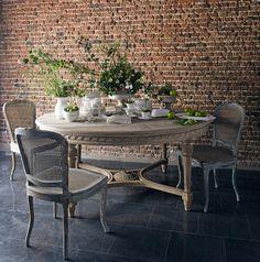 Столовая в стиле лофт, в данном интерьере использовалась мебель из Франции от Du Bout Du Monde