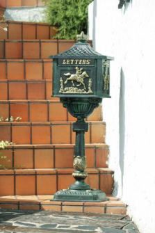 メビクトリア アンティークブロンズ メイルボックス  幅40.5cm、 奥行28cm、 高さ112.5cm、 重さ39kg  ボックス部分のマテリアル:アルミ鋳物 支柱部分のマテリアル:鉄鋳物 仕様:組立式。鍵がついています。 郵便物の取り出し:取出口は前入後出(右開き)