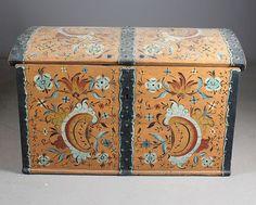 Kiste 1700 tallet med senere rosemaling, malt også innv. i lokket. L: 106 cm.