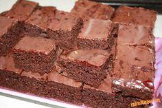 Páperový perník 400 g polohrubej múky, 200 g práškového cukru, 2x vanilkový cukor, 1 perníkový kypriaci prášok, 1 lyžička sódy bikarbóny, cca 3 lyžice kakaa, perníkové korenie, 1/2 litra mlieka, 4 lyžice lekváru, 2 vajíčka, 2 dl oleja a na potretie lekvár + čokoláda