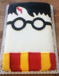 This Harry Potter face sheet cake is so simple, yet so fantastic. Baby Harry Potter, Harry Potter Torte, Harry Potter Thema, Harry Potter Birthday Cake, Harry Potter Baby Shower, Harry Potter Food, Harry Potter Memes, Harry Potter Cupcakes, Harry Potter Gesicht