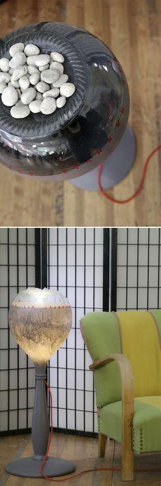 licht & schatten: lampada da terra con i piedi del mappamondo, la testa di damigiana e i capelli in sassi di fiume.