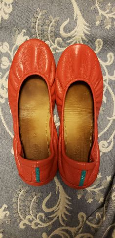 Worn a couple times, bought second hand. Very minimal drivers heel and tiny little toe scuff. Color is Poppy, size Inner soles are a bit dirty, but they can easily be cleaned. Poppy, Minimal, Size 10, Flats, Times, Heels, Stuff To Buy, Loafers & Slip Ons, Heel