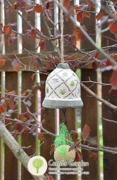 Кормушка для птиц Botanicae Esschert Design.Оригинальный садовый декор – подвесная кормушка для птиц – колокольчик, выполнена из состаренной керамики с цветочным мотивом.