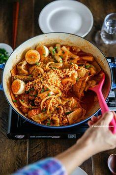 How to make Rabokki - Instant Ramen Noodles + Tteokbokki (Korean spicy rice cakes). It's a popular Korean snack meal. Spicy but delicious! South Korean Food, Korean Street Food, I Love Food, Good Food, Yummy Food, Healthy Food, K Food, Food Porn, Korean Kitchen