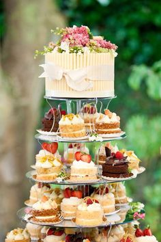 Cupcakes wedding cake tower 66 best Ideas The Effective Pictures We Offer You About wedding cakes lavender A quality picture can tell you many things. Mini Desserts, Wedding Desserts, Dessert Bars, Dessert Table, Mini Cakes, Cupcake Cakes, Wedding Cakes With Cupcakes, Cupcake Tower Wedding, Cupcake Towers
