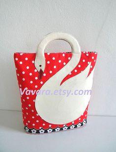 Bolsa con cisce blanco con fondo en tela roja con lunares blancos